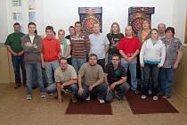 Většina účastníků šipkového turnaje v Oprechticích.