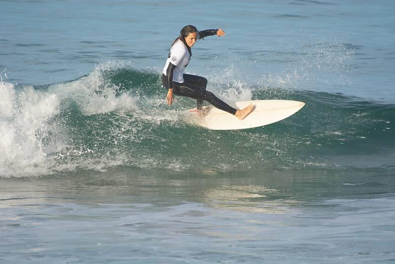 Jana Kašová na vlně Atlantiku v Portugalsku.