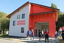 Ze slavnostního otevření a žehnání opravené hasičárny v Chocomyšli.