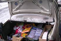 Obsah zavazadlového prostoru auta, k němuž se dotyčný muž nehlásil, skrýval CD a DVD v hodnotě půldruhého milionu korun.