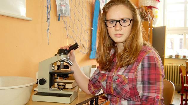 BÁRA VOLFÍKOVÁ z Domažlic je úspěšná v chemických soutěžích.