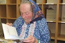 Marie Stodolová v domažlické knihovně.