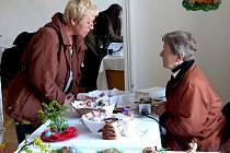 Z Velikonoční výstavy v Trhanově. Nejen chodská mistryně přes kraslice Jiřina Lacinová (vpravo) musela odpovídat na mnohé dotazy návštěvníků.