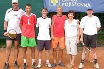 SPOLEČNÉ FOTO. Na snímku jsou nejlepší hráči holýšovského tenisového klání.