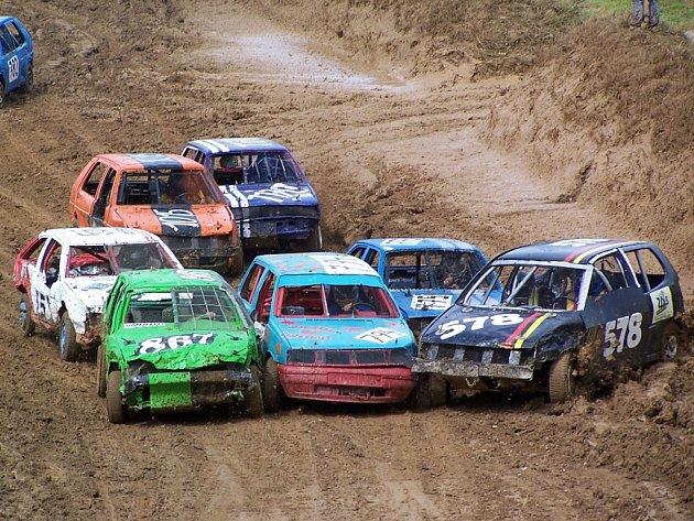 URPUTNÉ SOUBOJE. V závodech stock-car se bojuje skutečně ´plech na plech´ od prvních metrů každé jízdy a fanoušci jednotlivých týmů dokáží ocenit každý drsnější souboj.