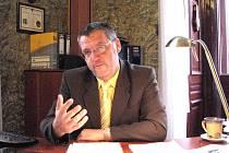 Starostu Domažlic Miroslava Macha fakt, že je nová hala prázdná a pracovní místa nebudou, příliš netěší.