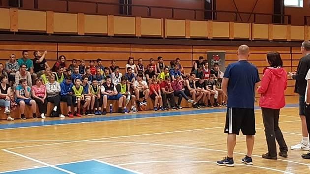 Účastnící rozloučení se sezonou domažlického basketbalového klubu BK Jiskra.