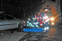 K tragické dopravní nehodě došlo před barem Moskyto. Hasiči museli auto vyzvednout a muže vyprostit.