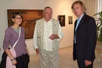 Petra Hejného (vpravo) přišli na vernisáž do Galerii bratří Špillarů v Domažlicích kromě jiných podpořit otec a dcera.