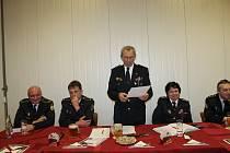 Valná hromada 9. hasičského okrsku. Jeho starosta, Antonín Váchal (uprostřed), předčítá souhrny za jednotlivé sbory.