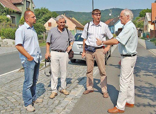 Komisi ve složení (zleva) Petr Ondráček, Jan Mužík a Petr Šmíd představoval Starokdyňskou ulici i další části města  Kdyně starosta Jan Löffelmann