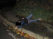 OPILÁ ŽENA usnula na chodníku v ulici Prokopa Velikého.