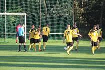 Před rokem o bělské pouti se domácí fotbalisté Startu (ve žlutém) ještě v I.B třídě radovali z výprasku Slavoji Koloveč 11:0.