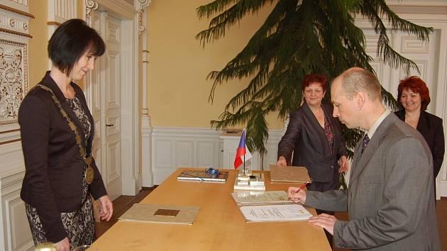 IVO JONAS se v minulém týdnu stal občanem České republiky. Slib stvrdil podpisem.