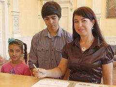 LANDYSH NASYBULLINA se synem Jakubem a dcerou Sabinkou při podpisu státoobčanského slibu.