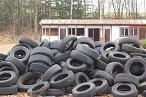 Skládka pneumatik na dopravním hřišti v Domažlicích.