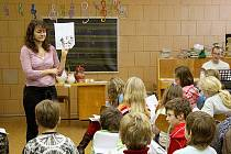 Na Základní škole Komenského 17 v Domažlicích je nemocných kolem dvaceti procent dětí. Ostatní školy v okresu jsou na tom většinou lépe a o chřipkových prázdninách neuvažují.