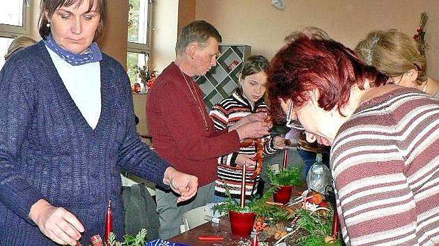 Třicítka lidí si v sobotu ve vánoční dílně, kterou pro ně na pozvání Obecního úřadu ve Štichově připravila Eliška Váňová, vyráběla vánoční a adventní dekorace