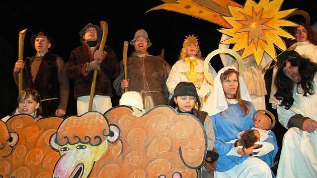 Ochotný divadelnický spolek Karel Domažlice završí domažlický advent Vypečenou vánoční suitou.