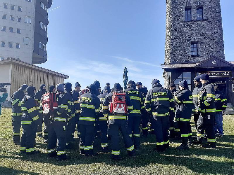 Policisté a hasiči pátrají po osmileté Julii, která se ztratila v okolí Čerchova na Domažlicku.