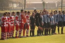 Jiskra Domažlice (v modrém) sice i v příští sezoně ČFL nastoupí k mistrovskému utkání na stadionu ve Štěchovicích, ale střetne se tam premiérově s ´červenobílým´ týmem pod novým názvem Povltavské fotbalové akademie.