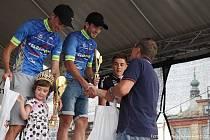 První dvě místa na stupních vítězů patřila v kratším ze závodů letošního silničního Krále Šumavy cyklistům Velosportu Domažlice. Gratulaci k prvenství přijímá vítězný Petr Toman (uprostřed), vlevo se raduje ze stříbrné příčky jeho oddílový kolega Františe