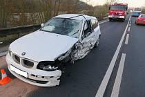 Šofér ladil v autě rádio, přejel do protisměru a boural.