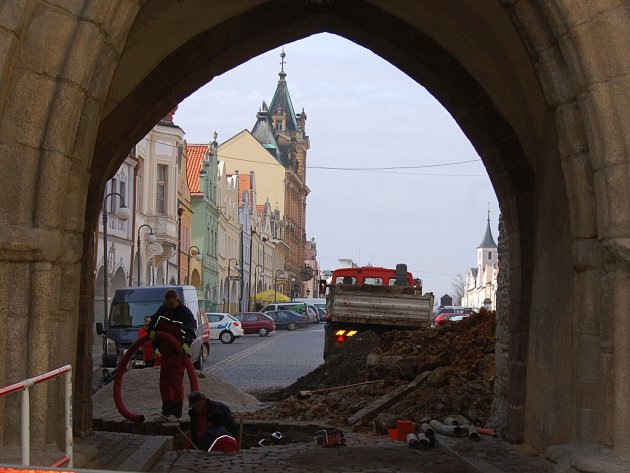 Stavební práce na opravě propadlé dlažby na domažlickém náměstí v pondělí 5. března 2012.