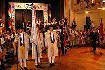 ZE SLAVNOSTNÍHO NÁSTUPU PŘI 75. POŠUMAVSKÉM VĚNEČKU. V čele chodský prapor, který drží Václav Příbek, vedle něj pobočníci Štěpán Sladký (vpravo) a Pavel Faschingbauer.
