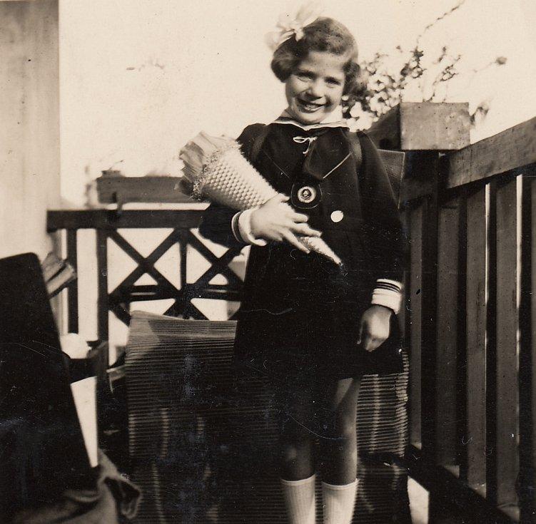 Eva Erbenová, rozená Löwidtová, první den školy v roce 1936.
