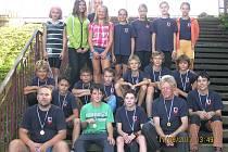 ÚSPĚCH AC DOMAŽLICE. Společný snímek úspěšných družstev mladšího žactva dívek a chlapců AC Domažlice s trenéry.