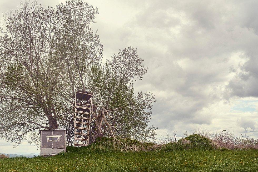 Kniha Po pěšinách Bělskem představuje historii regionu a jeho proměny. Součástí jsou dobové fotografie zaniklých obcí i aktuální snímky, jako například cesta z Újezdu Svatého Kříže do Lískvce.
