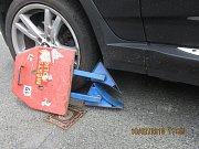 Německá řidička se rozjela s botičkou na autě.