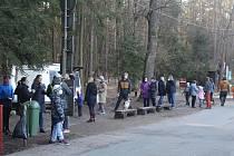Tisíce lidí vyrazilo o víkendu na procházku nebo projížďku to hradeckých lesů.