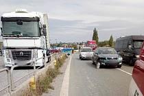 Dopravu u Lochenic komplikovala nehoda.