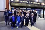 Mladí fotbalisté z hradecké ZŠ Sever na letišti v Itálii.