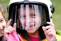 Dětský den v Šimkových sadech: Přes 2.000 dětí se mohlo podívat na výcvik policejních psů, nácvik sebeobrany, první pomoc. Děti mohly prozkoumat hasičské i policejní vozy.