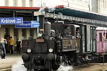 """Parní lokomotiva 310.0134 """"Kafemlejnek"""" na královéhradeckém nádraží."""