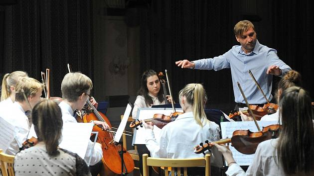 Královéhradecký orchestr má v březnu napilno.