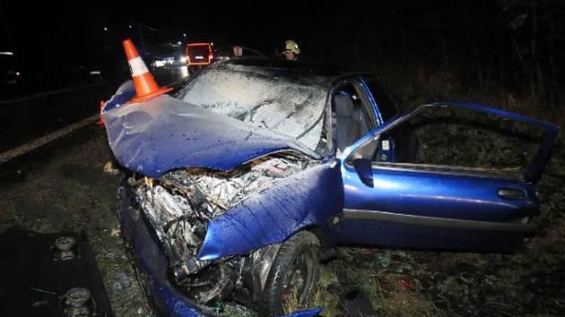 V Lochenicích bouralo pět aut. Zraněni byli čtyři lidé.