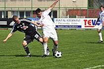 Třinecký Ceplák bojuje o míč s hradeckým Fischerem.