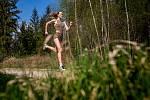 Kimberley Ficenecová, která se narodila českým rodičům v Kalifornii, chce závodit na olympiádě v Tokiu. Chybí jí 2,5 sekundy ji ke splnění kvalifikačních limitů. Nyní trénuje v Hradci Králové v lesích i na hasičském stadionu.