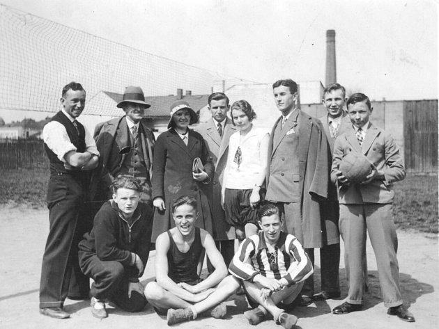 Karel Nesnídal sedící v černém tílku je na snímku s dalšími sokoly.