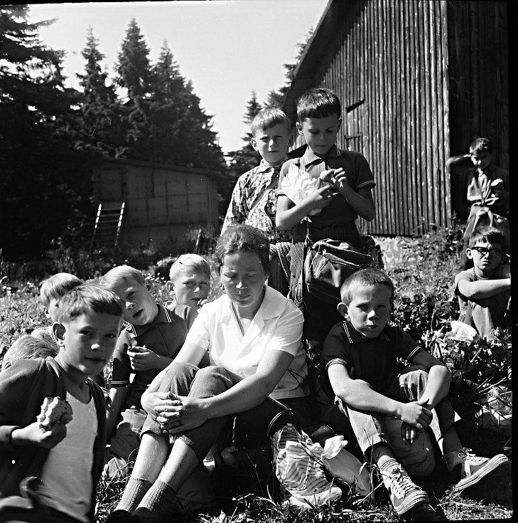 """Výlet na hřeben Rýchorských hor. Malé odpočinutí dětí s paní praktikantkou. """"Úspěch tábora byl ve skvělé partě vedoucích, instruktorů a dětí,"""" pokračuje pan Suchoradský."""