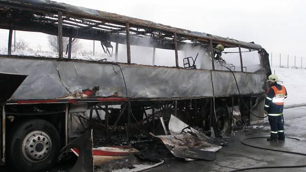 Ohořelý autobus na dálnici D11