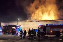 Požár skladovací haly plné sena v Ohnišťanech.