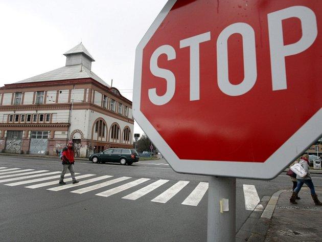 Přechod pro chodce na křižovatce u Moravského mostu v Hradci Králové.