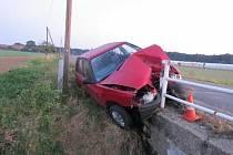 Nechanice - Řidiče ošetřovali záchranáři po nárazu do betonového mostku se zábradlím.Předběžnou škodu policisté vyčíslili na 20 tisíc korun, alkohol v dechu u muže vyloučili. Autonehoda se stala včera v ranních hodinách. Foto: KŘP KHK