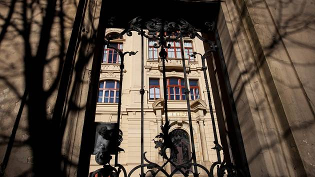 Královéhradecké Rudolfinum, dříve ústav hluchoněmých, sídlo obchodní akademie na Pospíšilově třídě.