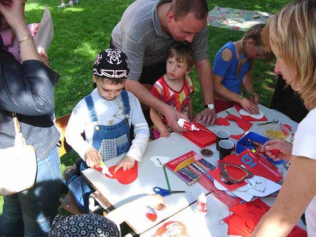 Přáníčka děti vyráběly i na místě oslav